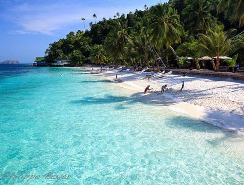 Rawa island is just one of the few gorgeously exotic islands perfect for you next beach vacation. Check out 7 other islands you probably haven't heard of before in Malaysia on our blog! (Search for Have Halal Will Travel on Facebook, we're having problems putting in links on Instagram!) #hhwt #havehalalwilltravel Photo by Philippe Boyer : Malaysia